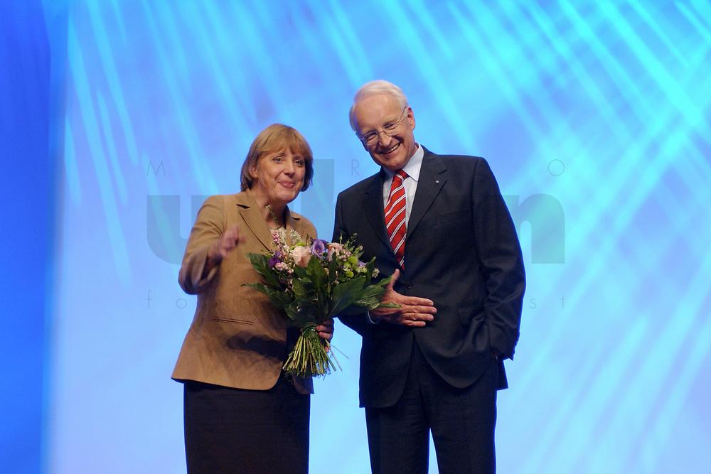 11 NOV 2002, HANNOVER/GERMANY:<br /> Angela Merkel, CDU Bundesvorsitzende, und Edmund Stoiber, CSU, Ministerpraesident Bayern, nach Stoibers Rede, CDU Bundesparteitag, Hannover Messe<br /> IMAGE: 20021111-01-180<br /> KEYWORDS: Parteitag, party congress, Applaus, J&uuml;rgen R&uuml;ttgers, Beifall