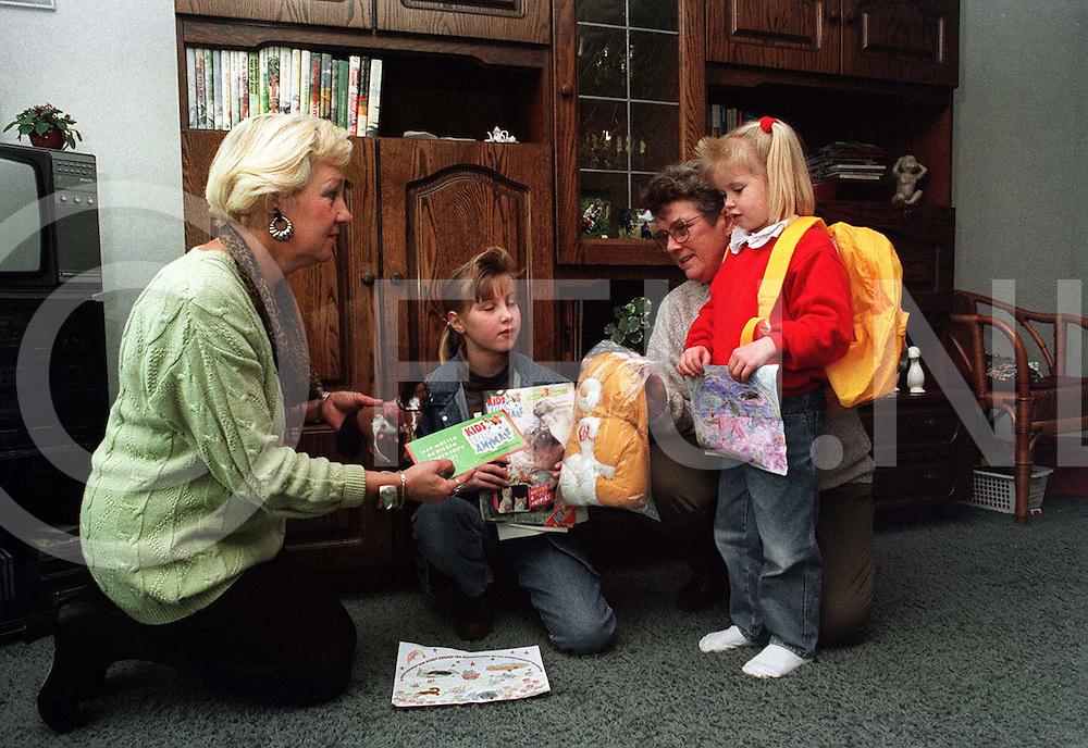 bergentheim : mevr. Bosman (l) en adams geven de kinderen ten brinke de prijzen die ze gewonnen hebben..foto frank uijlenbroek¨1995