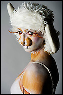 DELFT - PORTRET FOTO:S VAN BODYPAINTING VERGETEN DIER