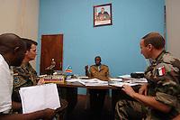 """26 SEP 2006, KINSHASA/CONGO:<br /> Zwei Soldaten, ein Deutscher, ein Franzose, der EUFOR RD CONGO sprechen mit einem Bezirksbuergermeister von Kinshasa im Rahmen einer Patroulienfahrt des """"Tactical Psyops Team"""" oder auch """"Operative Information"""", dessen Aufgabe es ist, die Bevoelkerung über die EUFOR RD CONGO Mission aufzuklaeren<br /> IMAGE: 20060926-01-020<br /> KEYWORDS: Bundeswehr, Soldat, Soldaten, Informationsfahrt, Gespräch, Gespraech, Bevölkerung, Kongo, Afrika, Africa"""