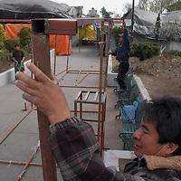 Toluca, Mex.- Comerciantes semifijos de la plaza Angel Ma. Garibay, instalan sus puestos antes de enfrentarse con granaderos de la policia municipal quienes intentaron desalojarlos y retirar sus puestos bajo el argumento de que el permiso otorgado por el ayuntamiento de manera temporal ya vencio. Agencia MVT / Luis Enrique Hernandez V. (DIGITAL)<br /> <br /> <br /> <br /> <br /> <br /> <br /> <br /> NO ARCHIVAR - NO ARCHIVE