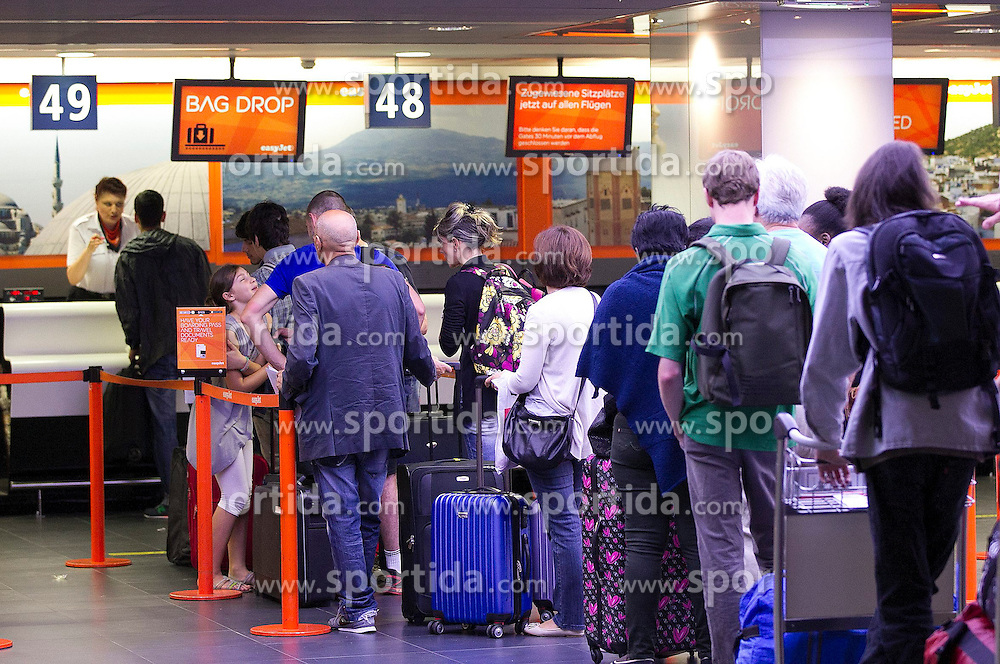THEMENBILD - Wartende Reisende, Passagiere vor dem easyJet Schalter, aufgenommen am EuroAirport Basel-M&uuml;lhausen-Freiburg, Frankreich am 11.08.2014 // Feature of the EuroAirport Basel Mulhouse Freiburg, France on on 2014/08/11. EXPA Pictures &copy; 2014, PhotoCredit: EXPA/ Eibner-Pressefoto/ Fleig<br /> <br /> *****ATTENTION - OUT of GER*****