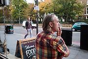 Een man rookt zijn sigaret buiten een pub in de Londense wijk Islington.<br /> <br /> A man is smoking a cigaret outside a pub in London district Islington