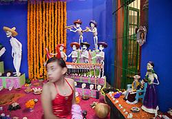 """Crianca enfeitada para o Halloween, proximo ao altar em homenagem ao Dia dos Mortos, na casa da artista Frida Kahlo, a """" Casa Azul """",  em Coyacan. / Child with clothes for Halloween, near the altar in honor of Day of the Dead, the home of artist Frida Kahlo, the """"Blue House"""" in Coyacan"""