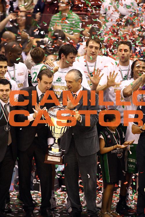 DESCRIZIONE : Milano Lega A 2009-10 Playoff Finale Gara 4 Armani Jeans Milano Montepaschi Siena<br /> GIOCATORE : Simone Pianigiani Coach Ferdinando Minucci Coppa<br /> SQUADRA : Montepaschi Siena<br /> EVENTO : Campionato Lega A 2009-2010 <br /> GARA : Armani Jeans Milano Montepaschi Siena<br /> DATA : 19/06/2010<br /> CATEGORIA : ritratto esultanza premiazione<br /> SPORT : Pallacanestro <br /> AUTORE : Agenzia Ciamillo-Castoria/GiulioCiamillo<br /> Galleria : Lega Basket A 2009-2010 <br /> Fotonotizia : Milano Lega A 2009-10 Playoff Finale Gara 4 Armani Jeans Milano Montepaschi Siena<br /> Predefinita :