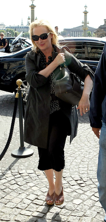07.SEPTEMBER.2009 - PARIS<br /> <br /> AMERICAN ACTRESS MERYL STREEP LEAVING A LITTLE CAFE IN PARIS BEFORE RETURNING TO HER HOTEL.<br /> <br /> BYLINE: EDBIMAGEARCHIVE.COM<br /> <br /> *THIS IMAGE IS STRICTLY FOR UK NEWSPAPERS &amp; MAGAZINES ONLY*<br /> *FOR WORLDWIDE SALES &amp; WEB USE PLEASE CONTACT EDBIMAGEARCHIVE - 0208 954 5968*