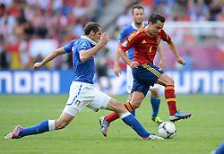 FUSSBALL  EUROPAMEISTERSCHAFT 2012   VORRUNDE Spanien - Italien            10.06.2012 Giorgio Chiellini (li, Italien) gegen Xavi Hernandez (re, Spanien)