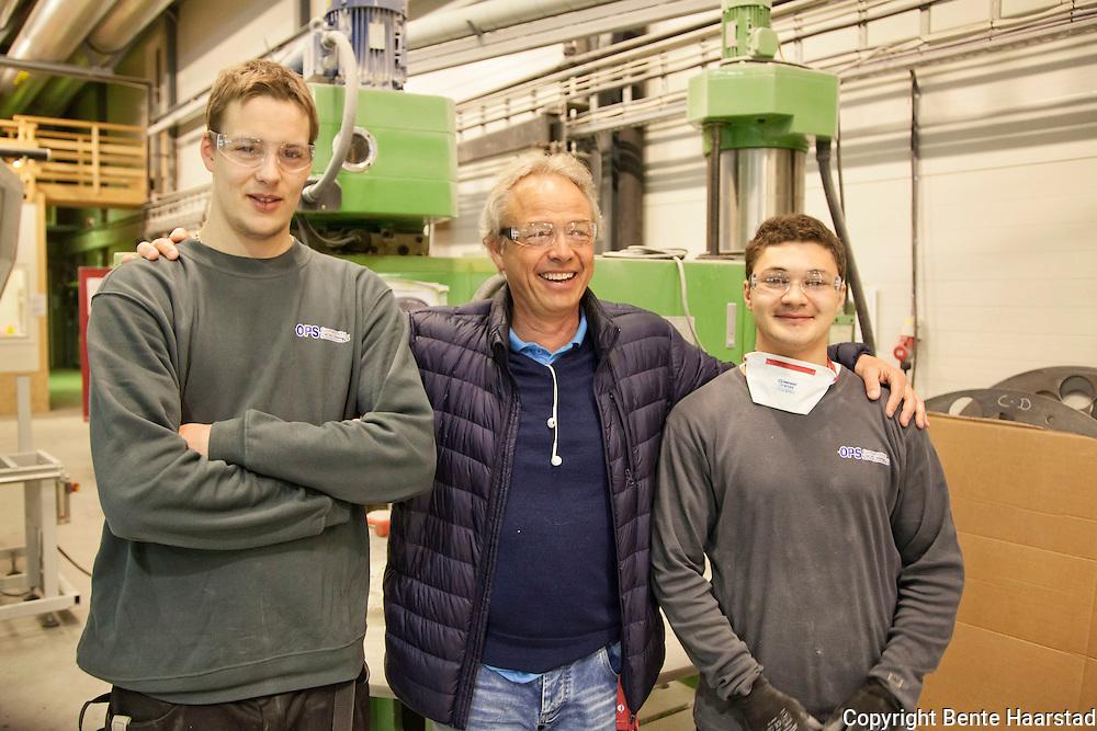 Ivar (23) t.v. og Nicolai (20) kan ikke skryte nok av betydningen som Jobbskolen i Kristiansand har har hatt for deres veg inn i arbeidslivet. Her sammen med Anders Grasaas, han bruker av sin 30-årige erfaring fra næringslivet for å koble ungdom med gode kontakter i bedriftene.