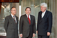 28.04.1999, Deutschland/Bonn:<br /> Hans Eichel, SPD, Bundesfinanzminister, Gerhard Schröder, SPD, Bundeskanzler, und  Willem Frederik Duisenberg, Präsident der Europäischen Zentralbank, während einem Fototermin vor einem gemeinsamen Gespräch, Kanzler-Bungalow, Bundeskanzleramt, Bonn<br /> IMAGE: 19990428-01/02-24<br /> KEYWORDS: Gerhard Schroeder