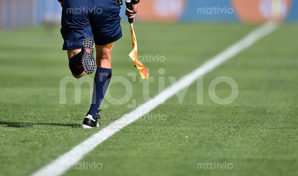 FUSSBALL WM 2014  VORRUNDE    Gruppe H     Belgien - Algerien                       17.06.2014 Schiedsrichterassistend sprintet die Seitenlinie hinauf