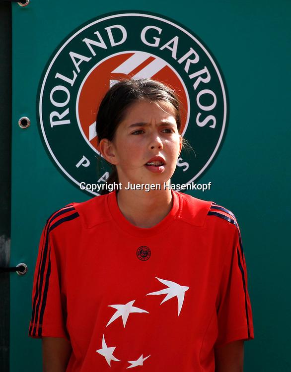 French Open 2010, Roland Garros, Paris, Frankreich,Sport, Tennis, ITF Grand Slam Tournament,Ballmaedchen vor Roland Garros Logo,Feature,..  ..Foto: Juergen Hasenkopf..