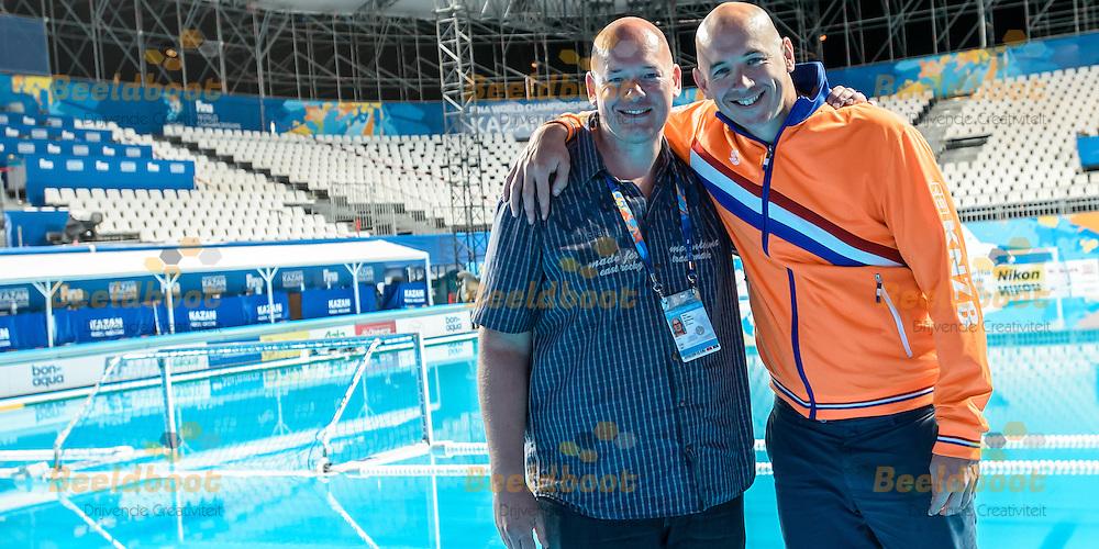 07-08-2015: Waterpolo: USA v Nederland: Kazan<br /> <br /> <br /> Broers Peter de Jong (L), Fina Scheidsrechter en Bas de Jong (R), assistent bondscoach van de waterpolodames tijdens de finale of the 16th FINA World Championships 2015 in Kazan