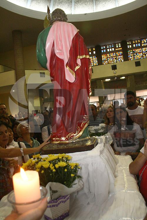 ATENÇÃO EDITOR: FOTO EMBARGADA PARA VEÍCULOS INTERNACIONAIS. - SÃO PAULO - SP - 27 DE JANEIRO 2013. MISSA realizada pelo grupo JUSTIÇA É O QUE SE BUSCA, em memória pelas vitimas de mortes trágicas, foi realizada nesnte domingo (27) na Igreja de São Judas Tadeu - Jabaquara. FOTO: MAURICIO CAMARGO / BRAZIL PHOTO PRESS.