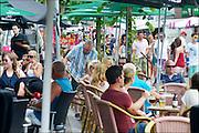 Nederland, Beneden Leeuwen, 5-7-2015Dag van Leeuwen, braderie. Drukte langs de kraampjes en op de terrasen.Foto: Flip Franssen