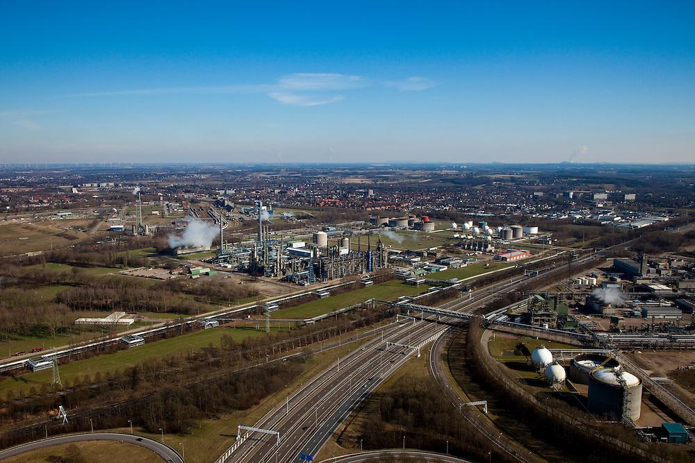 Nederland, Limburg, Gemeente Sittard-Geleen., 07-03-2010; Chemelot,  complex voor chemische industrie in westelijke mijnstreek, huisvest onder andere DSM (De Staatsmijnen, Dutch State Mines). In de voorgrond knoopppunt Kerensheide en A76 naar Heerleen, bebouwing Geleen in de achtergrond..Chemelot complex for chemical industry in former western mining district, home to DSM (Dutch State Mines)..In the foreground Kerensheide junction and A76 to Heerlen, houses of Geleen in the background..luchtfoto (toeslag), aerial photo (additional fee required).foto/photo Siebe Swart
