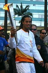 O jogador do Barcelona, da Espanha, Ronaldinho Gaucho conduziz a Tocha dos Jogos Pan-Americanos do Rio 2007, em Porto Alegre-RS. FOTO: Jefferson Bernardes/Preview.com