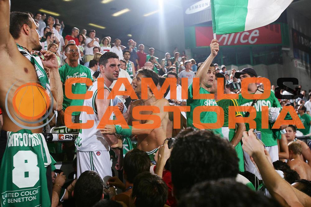 DESCRIZIONE : Treviso Lega A1 2005-06 Play Off Finale Gara 4 Benetton Treviso Climamio Fortitudo Bologna <br /> GIOCATORE : Soragna Tifosi <br /> SQUADRA : Benetton Treviso <br /> EVENTO : Campionato Lega A1 2005-2006 Play Off Finale Gara 4 <br /> GARA : Benetton Treviso Climamio Fortitudo Bologna <br /> DATA : 20/06/2006 <br /> CATEGORIA : Esultanza <br /> SPORT : Pallacanestro <br /> AUTORE : Agenzia Ciamillo-Castoria/S.Silvestri