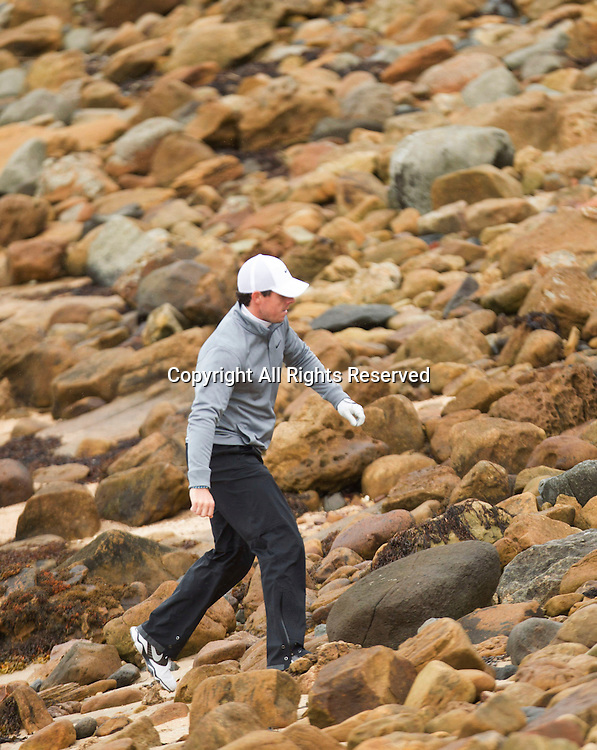 03.10.2014. Kingsbarns, Scotland. Alfred Dunhill Links Championship. Rory McIlroy finds Enie Els's ball on the beach on the 12th