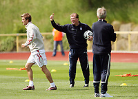 Photo: Chris Ratcliffe.<br />England training session. 06/06/2006.<br />Steve McClaren points the way to David Beckham.