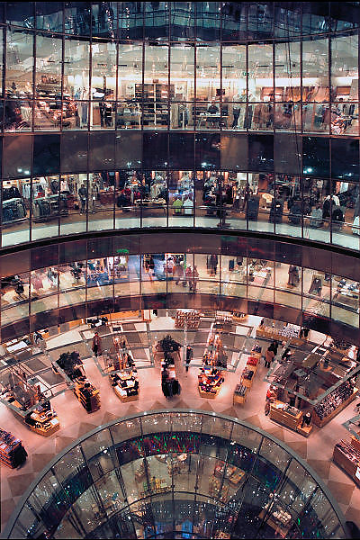 Duitsland, Berlijn, 25-8-2005Warenhuis Galleries Lafayette aan de Friedrichstrasse.Foto: Flip Franssen/Hollandse Hoogte