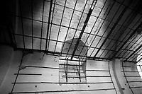 Quello che si vede in questa foto è la struttura in legno posizionata sul soffitto del cinema. Questa struttura ospitava dei pannelli per l'insonorizzazione della sala. Purtroppo i pannelli nel corso del tempo sono andati distrutti. La foto è stata scattata nel vecchio cinema abbandonato di Lizzano (Ta), il cinema Massimo.