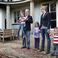 Nederland, Amsterdam , 3 april 2011..AMSTERDAM - De Amsterdamse burgemeester Eberhard van der Laan poseert zondag samen met zijn gezin, echtgenote Femke en zijn drie kinderen Lieve (6 jaar), Eline (4) en Edze (2), voor zijn ambtswoning aan de Herengracht in Amsterdam. Van der Laan twijfelde lang of hij wel naar de Herengracht wilde verhuizen. Voor hem was de woning onpraktisch, omdat hij jonge kinderen heeft. In december ging hij toch overstag.Foto:Jean-Pierre Jans