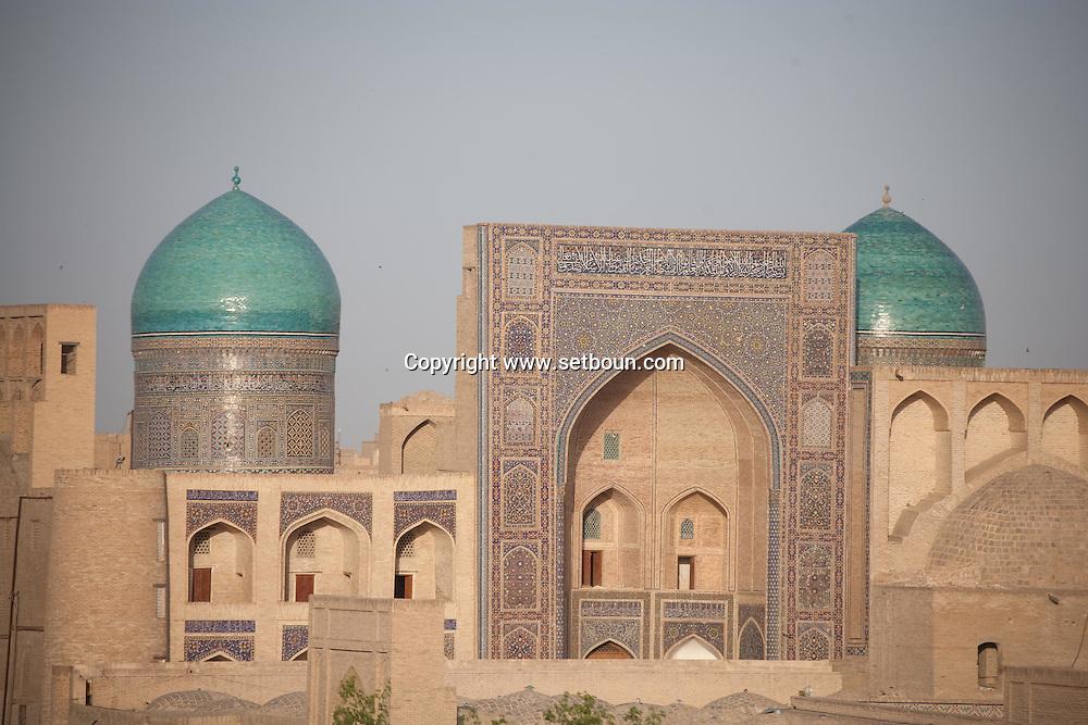 the mosques and Kaloun minaret, the old city view from the Citadel of Ark .place of the Amir palace  Boukhara  Ouzbekistan  .///.les mosquees et le minaret Kaloun vue depuis la Citadelle appele ark et Registan, le siege du palais de l emir  Boukara  Ouzbekistan .///.OUZB56275