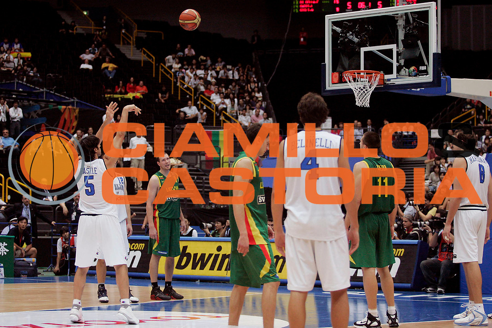 DESCRIZIONE : Saitama Giappone Japan Men World Championship 2006 Campionati Mondiali Italy-Lithuania <br /> GIOCATORE : Basile Ultimo Tiro Libero <br /> SQUADRA : Italy Italia <br /> EVENTO : Saitama Giappone Japan Men World Championship 2006 Campionato Mondiale Italy-Lithuania <br /> GARA : Italy Lithuania Italia Lituania <br /> DATA : 26/08/2006 <br /> CATEGORIA : Tiro <br /> SPORT : Pallacanestro <br /> AUTORE : Agenzia Ciamillo-Castoria/A.Vlachos <br /> Galleria : Japan World Championship 2006<br /> Fotonotizia : Saitama Giappone Japan Men World Championship 2006 Campionati Mondiali Italy-Lithuania <br /> Predefinita :