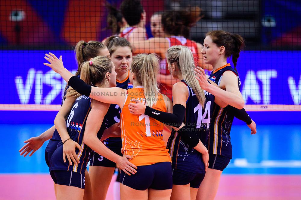 12.06.2018, Porsche Arena, Stuttgart<br /> Volleyball, Volleyball Nations League, Türkei / Tuerkei vs. Niederlande<br /> <br /> Maret Balkestein-Grothues (#6 NED), Anne Buijs (#11 NED), Yvon Belien (#3 NED), Kirsten Knip (#1 NED), Laura Dijkema (#14 NED), Lonneke Sloetjes (#10 NED)<br /> <br /> Foto: Conny Kurth / www.kurth-media.de