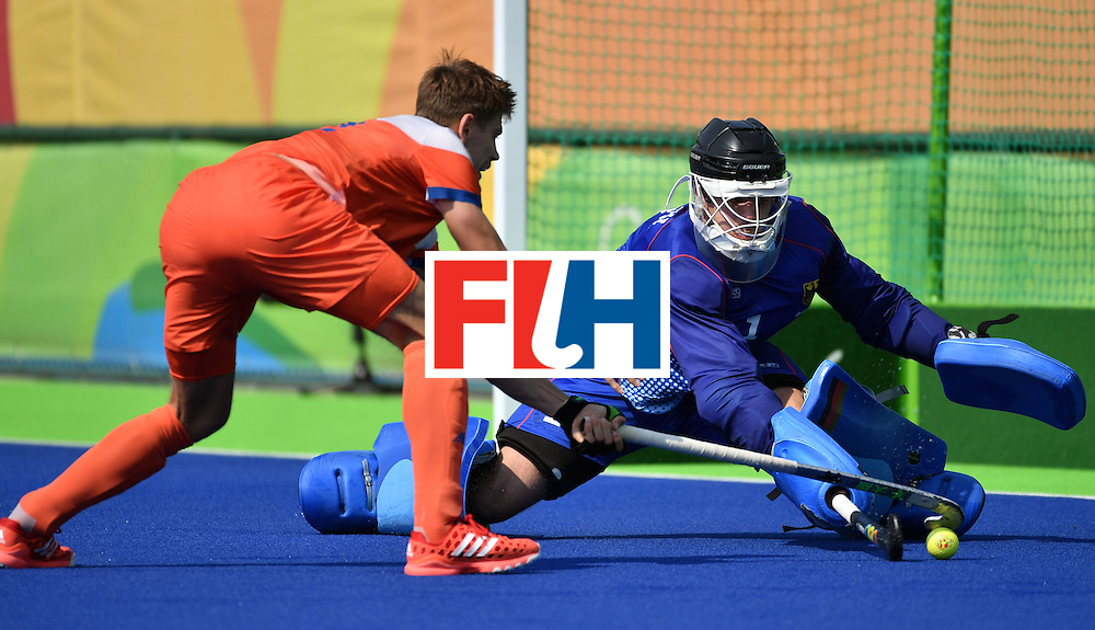 Netherlands' Sander de Wijin (L) misses a goal during the penalty shoot-out at the end of the men's Bronze medal field hockey Netherlands vs Germany match of the Rio 2016 Olympics Games at the Olympic Hockey Centre in Rio de Janeiro on August 18, 2016. / AFP / Pascal GUYOT        (Photo credit should read PASCAL GUYOT/AFP/Getty Images)
