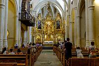Basilica Santa Maria, Alicante<br /> Le mot «feria», qui désignait à l'origine une manifestation économique bien souvent agricole, signifie encore «foire». <br /> Dans le domaine des loisirs, une «feria» est toujours rattachée à un cycle despectacles taurins, ainsi que les festivités qui accompagnent lescourses de taureaux. <br /> L'origine de la férie est toujours liée à unefête votive,comme laFeria de San Isidro, patron de la cité de Madrid. <br /> La feria rend hommage à un laboureur qui faisait la charité avec sa femme Maria Torribia, bien qu'ils fussent eux-mêmes dans le plus grand dénuement.<br /> Vers le milieu du XIXe siècle, de nombreuses femmes d'agriculteurs gitans ont commencé à fréquenter ces foires vêtues de leurs longues robes faites à la main à partir de vieux vêtements. Elles étaient souvent ornées de volants afin de rendre les tissus simples plus beaux et plus esthétiques.<br /> EnAndalousie, les plus anciennes ferias correspondent à l'ancienneté des arènes notamment la ville deJerez de la Fronteradont lesarènescomptent parmi les plus anciennes d'Espagne. <br /> Malagaoffre au mois d'août laFeria de Málaga, comme pratiquement toutes les villes des régions autonomes espagnoles possédant des arènes de première, deuxième ou troisième catégorie. <br /> En 2003, en Espagne, on comptait 598 spectacles taurins majeurs (corridas formelles) et mineurs (novilladas,becerradas), et 1146 spectacles taurins populaires comprenant les lâchers de taureaux, lestoro de fuego. <br /> En 2004, on comptait 810 corridas formelles, 555 novilladas piquées, 380 rejoneos, et 187 spectacles mixtes ou festivals piqués.<br /> Contrairement à ce que l'on pourrait penser, les ferias ne sont pas l'apanage de l'Europe. On trouve des ferias en Amérique latine (Mexique, Pérou, Colombie et Venezuela). Au Mexique, la plus grande feria est la feria nationale de San Marcos, la plus ancienne du pays. Sa première édition a eu lieu en 1604.