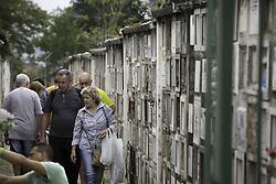 November 2, 2018 - SãO Paulo, Brazil - SÃO PAULO, SP - 02.11.2018: MOVIMENTAÇÃO DIA DE FINADOS EM SP - Movement in the cemetery of Vila Formosa, in the eastern part of the city of São Paulo. The cemetery, which is the largest in the city, has an average of 40/50 burials a day, according to officials. (Credit Image: © Bruno Rocha/Fotoarena via ZUMA Press)
