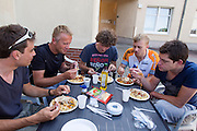 Het team eet pasta voor de avond. HPT Delft en Amsterdam is in Senftenberg voor de recordpogingen op de Dekra baan.<br />