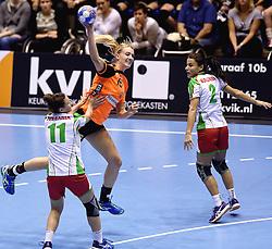 07-10-2015 NED: Kwalificatie EK 2016 Nederland - Bulgarije, Rotterdam<br /> De Nederlandse handbalsters zijn de kwalificatiereeks voor het EK in 2016 begonnen met een monsterzege op Bulgarije. In een volgepakt Topsportcentrum van Rotterdam won Nederland met 45-24 / Kelly Dulfer #18