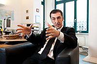 05 JAN 2012, BERLIN/GERMANY:<br /> Cem Oezdemir, B90/Gruene Bundesvorsitzender, waerhend einem Interview, in seinem Buero, Bundesgeschaeftsstelle Buendnis 90 / Die Gruenen<br /> IMAGE: 20120105-01-033<br /> KEYWORDS: Cem Özdemir, Büro