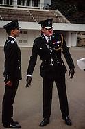 Hong Kong. Police school  island Victoria   / Parade à l'école de police de l'île Victoria. Un officier Britannique faisant l'inspection des futurs policiers   / R00057/19    L940305a  /  P0000303
