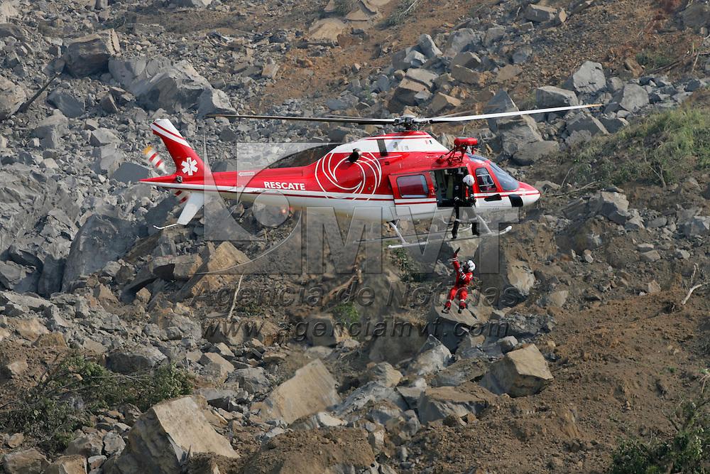 San Juan Grijalva, Chiapas.- Un helicoptero de la Unidad de Apoyo Aereo (relampagos) de la policia del Estado de Mexico, realiza la busqueda de victimas en los restos aislados de la comunidad de San Juan Grijalva, luego de que el desgajamiento de un cerro la destruyera en su totalidad. Agencia MVT / Mario Vazquez de la Torre. (DIGITAL)<br /> <br /> <br /> <br /> NO ARCHIVAR - NO ARCHIVE