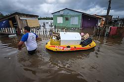 Famílias removem os seus pertences na Villa Rica, em Gravataí, Brasil, em 21 de julho de 2015. O número de pessoas atingidas pela chuva no Rio Grande do Sul, nos últimos 15 dias aumentou para 47.271, de acordo com dados divulgados pela Defesa Civil. FOTO: Jefferson Bernardes/ Agência Preview