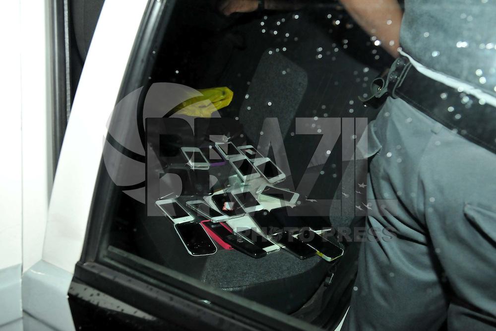 SAO PAULO, SP, 16 DE MARÇO 2013 - Um rapaz foi preso em flagrante durante a festa Samba Santa Clara, que aconteceu na noite desse sabado na Casa das Caldeiras, com o acusado foram encontrados mais de 25 aparelhos celulares e policia Militar informou que o detido não estava atuando sozinho, até porque muitas outras vitimas não identificaram seus aparelhos entre os apreendidos. O caso foi registrado na Central de Flagrantes do 91º DP no Ceasa..(FOTO: PADUARDO / BRAZIL PHOTO PRESS).