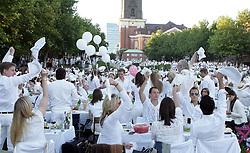 Weisses Dinner 2012 in Hamburg rund um den Hamburger Michel 11.08.2012..Strassenfest Weisse Kleidung , White Dinner..©pixathlon