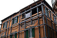 L'Aquila  20 Novembre 2010.Sos L'Aquila chiama Italia.La città  del L'Aquila  dopo 18 mesi dal terremoto..Un edificio messo in sicurezza nel centro storico.Sos L'Aquila called  Italy.The city of L'Aquila 18 months after the earthquake.A building made safe in the historic center
