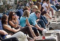 Nederland Rotterdam 08 augustus 2010 20100808  Horecagelegenheid de Tuin in Rotterdam, mensen genieten van het zomerweer op het terras. Foto: David Rozing