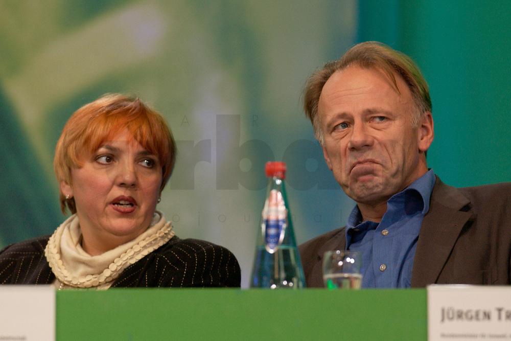 28 NOV 2003, DRESDEN/GERMANY:<br /> Claudia Roth (L), MdB, B90/Gruene, Beauftragte der Bundesregierung fuer Menschenrechtspolitik und humanitaere Hilfe im Ausw. Amt, und Juergen Trittin (R), B90/Gruene, Bundesumweltminister, im Gespraech, 22. Ordentliche Bundesdelegiertenkonferenz Buendnis 90 / Die Gruenen, Messe Dresden<br /> IMAGE: 20031128-01-064<br /> KEYWORDS: Bündnis 90 / Die Grünen, BDK, Gespräch, Jürgen Trittin,<br /> Parteitag, party congress, Bundesparteitag