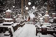 (En) January 2010 - Koyasan, Japan. Monk walking as snow is falling in the Oku-no-in, largest cemetery in Japan. (Fr) Janvier 2010 - Koyasan, Japon. Un moine marche sous la neige dans le cimetiere de l'Oku-no-in, plus grand du Japon. Au bout de l'allee principale se dresse le mausolee de Kukai, alias Kobodaishi.