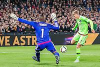 ROTTERDAM - Feyenoord - Ajax , Voetbal , KNVB Beker , Seizoen 2015/2016 , Stadion de Kuip , 25-10-2015 , Ajax speler Viktor Fischer(r) stuit op Keeper van Feyenoord Kenneth Vermeer (l)