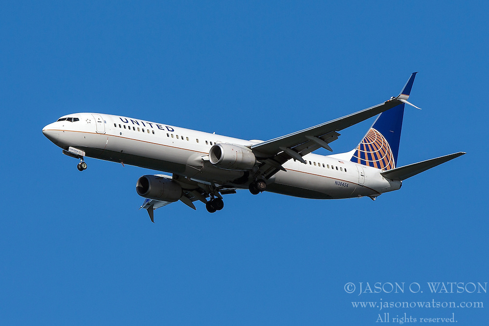 United Airlines Boeing 737-924ER (registration N38454) approaches San Francisco International Airport (SFO) over San Mateo, California, United States of America