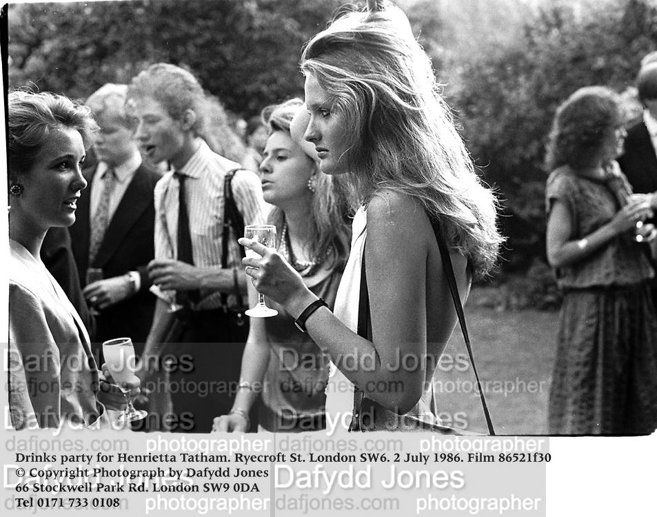 Lucy Ernst-Gornall and Minette l'Estrange, Drinks party for Henrietta Tatham. Ryecroft St. london SW6. 2 July 1986. Film 86521f30<br /> © Copyright Photograph by Dafydd Jones<br /> 66 Stockwell Park Rd. London SW9 0DA<br /> Tel 0171 733 0108