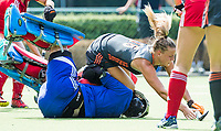 St.-Job-In 't Goor / Antwerpen -  Nederland Jong Oranje Dames (JOD) - Groot Brittannie (7-2). Joosje Burg belaagt keeper Miriam Pritchard (GB).   COPYRIGHT  KOEN SUYK