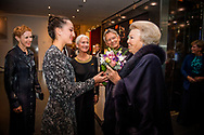 AMSTERDAM - Danseres Kim van der Put krijgt de aanmoedigingsprijs uitgereikt door prinses Beatrix. Ze krijgt de prijs van Stichting Dansersfonds'79 in het DeLaMar Theatervoor haar technische dansstijl waarin de jury potentie ziet voor de toekomst. ANP ROYAL IMAGES ROBIN UTRECHT