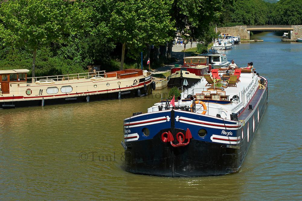 France, Aude (11), Homps port fluviale, Canal du Midi, classé Patrimoine Mondial de l'UNESCO, la péniche hôtel Alegria // France, Languedoc-Roussillon, Aude (11), Homps river harbourg, Canal du Midi, barge hotel Alegria
